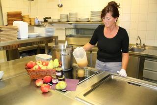 Kathrin Herb zeigt, wie einfach sich mit einem Becher, Marmelade in Gläser füllen lässt.