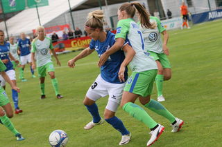 Der SC Sand (blaues Trikot) verlor das Spitzenspiel gegen den VFL Wolfsburg mit 0:4.