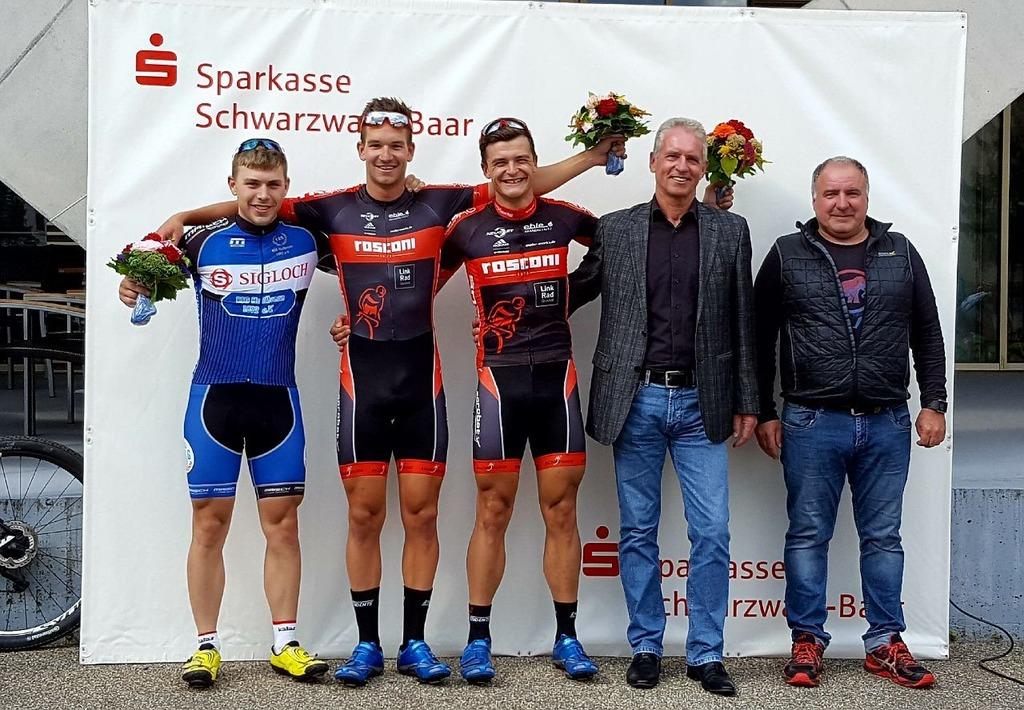Die drei Erstplatzierten bei der Siegerehrung beim Kriterium in Donaueschingen.