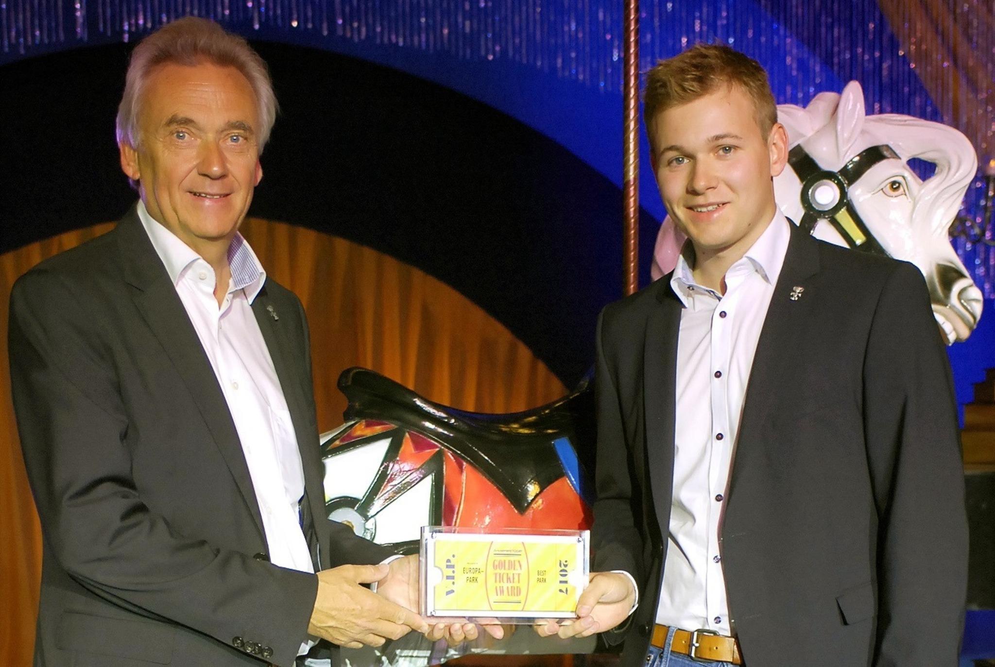 Europa-Park Inhaber Jürgen Mack (links) und Sohn Frederik freuen sich über den Golden Ticket Award 2017