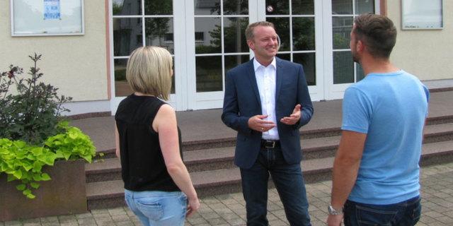 Der Seelbacher Hauptamtsleiter Pascal Weber (Mitte) ist der einzige Bewerber bei der Bürgermeisterwahl in Ringsheim am 8. Oktober.