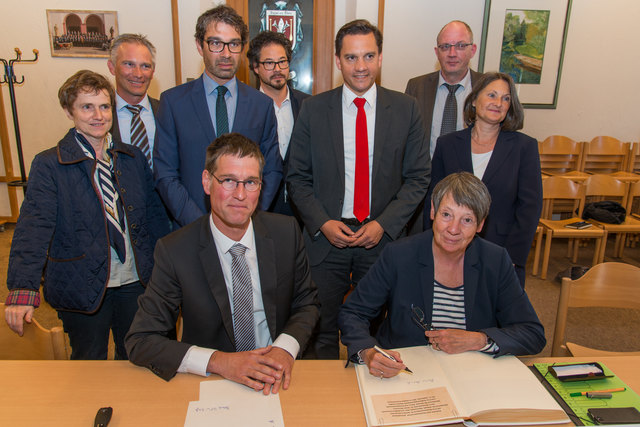 Bei ihrem Besuch im Kappler Rathaus trug sich Bundesumweltministerin Barbara Hendricks (r. vorne, neben Bürgermeister Jochen Paleit) ins Goldene Buch der Gemeinde ein.