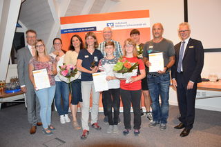 Jury-Chef Michael Geiger (links) und Volksbank-Mittlerer-Schwarzwald-Vorstand Martin Heinzmann (rechts) mit den Siegern