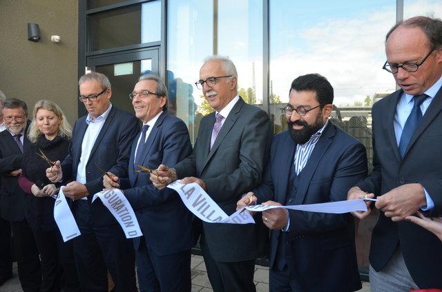 Zerschneiden das symbolische Absperrband (von rechts): Baubürgermeister Harald Krapp, Syamak Agha Babaei (Vizepräsident der Eurométropole de Strasbourg), OB Toni Vetrano, der Straßburger OB Roland Ries und Philippe Bies (Verwaltungsratsvorsitzender der Habitation Moderne)