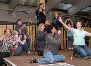 """Gemeinsam von kleinen und großen Dingen träumen: Das Ensemble der Gong-Eigenproduktion """"Der Illenauer Narrenspiegel 2017"""" und Regissuer Dieter E. Neuhaus arbeiten mit Hochdruck auf die Premiere am Samstag hin."""