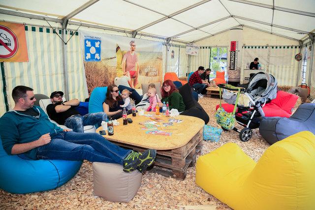 """In der """"Publounge"""" geht es gemütlich und gesellig zu. Die Sitzsäcke können heute abend zum Preis von 50 Euro gekauft werden."""