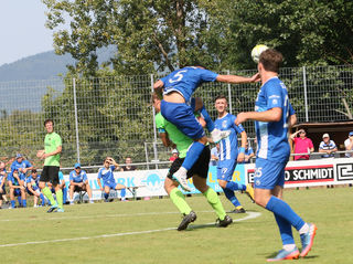 Keine einfache Aufgabe hat der SV Oberachern (blaues Trikot) morgen im schweren Auswärtsspiel beim Tabellenführer in Nöttingen.