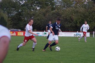 Nur selten konnte sich der VfR Willstätt (blaues Trikot) beim Auswärtsspiel in Elchesheim in Szene setzen.