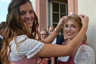 Carina Stulz (links) gibt die Krone der Gengenbacher Weinprinzession an ihre Nachfolgerin Anna Lena Feger weiter.