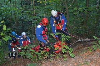 Auf die Rettungsaktionen im unwegsamen Gelände bereitet sich die Bergwacht vor – wie hier bei einer Übung im Kinzigtal.