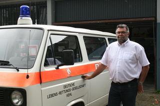 Der Stützpunkt der DLRG in Kehl ist beim Freibad: Hans-Peter Wandres und der betagte Einsatzbus.