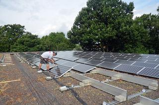 Auch auf städtischen Gebäuden werden Solaranlagen ausgebaut, wie hier auf dem Sporthallendach des Einstein-Gymnasiums. Im Juli 2017 wurde dort eine Photovoltaikanlage installiert.