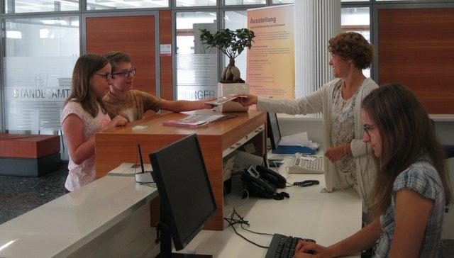 Katja Lorenz und Natalie Bruder (von rechts) vom Bürgerservice mit zwei Besuchern