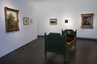 Kinderbett, 1896, Holz, farbig gefasst, Kopf- und Fußteil von Hans Thoma mit den Motiven Hahn (Morgen) und Mond (Abend) bemalt, Augustinermuseum, Freiburg