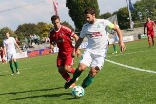 Selten sahen die Zuschauer Zweikämpfe im Derby zwischen dem Kehler FV (weißes Trikot) und dem SV Stadelhofen.