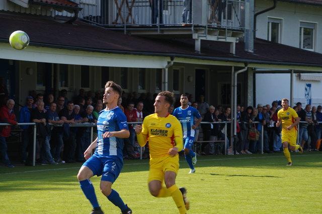 Der SV Oberachern (blaues Trikot) hatte im badischen Derby gegen den Karlsruher SC alles im Griff und siegte am Ende verdient mit 2:0-Toren.