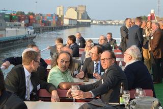 Vertreter aus Politik, Verwaltung und der Wirtschaft informierten sich bei einer Hafenrundfahrt über die aktuelle Situation des Rheinhafens Kehl.