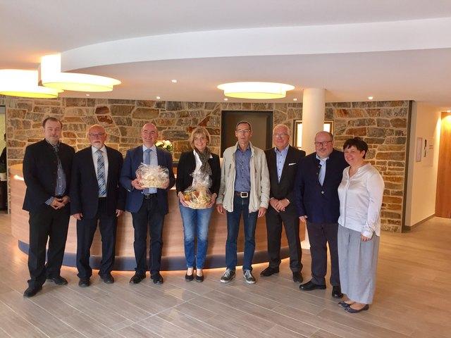 Bei der Eröffnung: Heiko Fahrner (v. l.), Hans-Friedrich Huber (2. BM), Thomas Krechtler (BM), Gudrun Bimmerle, Architekten Meyer und Seebacher, Erich Fahrner, Doreen Fahrner
