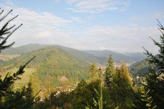 Blick auf den Standortbereich der Windenergieanlagen, die auf den Bergen im rechten Teil des Bildes erreichtet werden sollen.