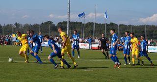 Die Abwehr des SV Oberachern (blaues Trikot) war auch in Reutlingen auf der Höhe und sicherte dem SVO einen Punkt.