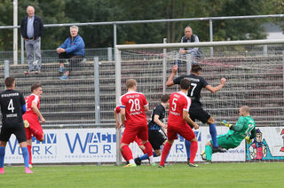 In den Strafräumen spielten sich packende Szenen ab. Am Ende holte der Offenburger FV (rotes Trikot) noch einen Punkt.