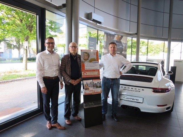 Peter Benz, Geschäftsführer Porsche Zentrum Offenburg, Wolfgang L. Obleser, Vorstandsmitglied Förderverein für krebskranke Kinder e.V. Freiburg und daneben Frank Hurst, Verkaufsleiter im Porsche Zentrum.