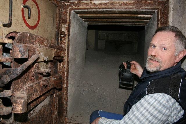 Erich Nagel an der Panzertür. 2011 konnte der Bunker erstmalig wieder betreten werden.