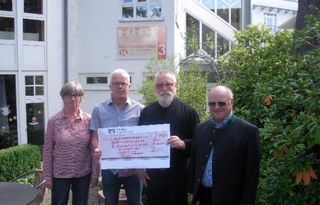 Antje Merkel, Hans Denk, Hans-Peter Vollet und Karl Schofer, vor dem Paul Gerhart-Haus in Freiburg.
