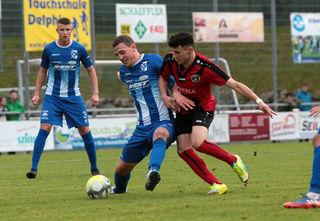 Der SV Oberachern (blaues Trikot) hatte im Spiel gegen Weinheim alles im Griff und schickte die Gäste mit 0:4 nach Hause.