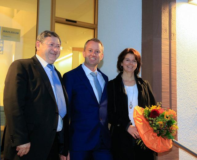 Der neue Ringsheimer Bürgermeister Pascal Weber (Mitte) mit seiner Ehefrau Tina sowie Heinrich Dixa (links), dessen Amtszeit am 4. Dezember endet.
