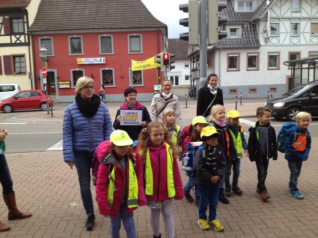 """Der """"Laufbus"""" mit den begleitenden Müttern Kathrin Dellner, Ann-Katrin Pevec, Elvira Ruppel und Beate Tscheschlog"""