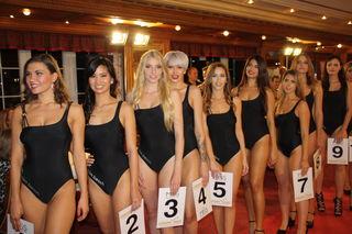 So viele schöne junge Frauen auf dem roten Teppich im Hotel Dollenberg. Sie alle wollten Miss Schwarzwald werden.