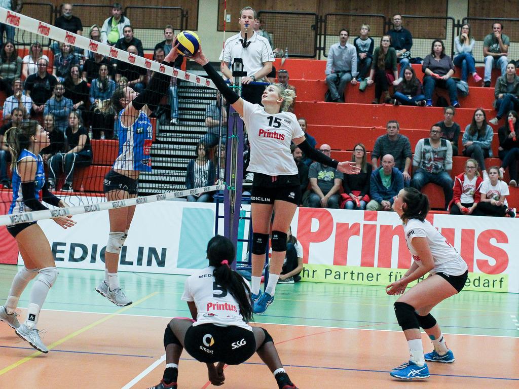 Für die Zweitliga-Volleyballerinnen des VC Offenburg (in Weiß) steht am Samstag die Heimpremiere in der neuen Saison an.