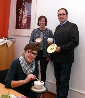 Freuen sich über die Kooperation: Martina Mundinger vom Stadtmarketing, Ralf Müller, geschäftsführender Gesellschafter der Zeller Keramik, davor Erika Börisig von der  Manufaktur