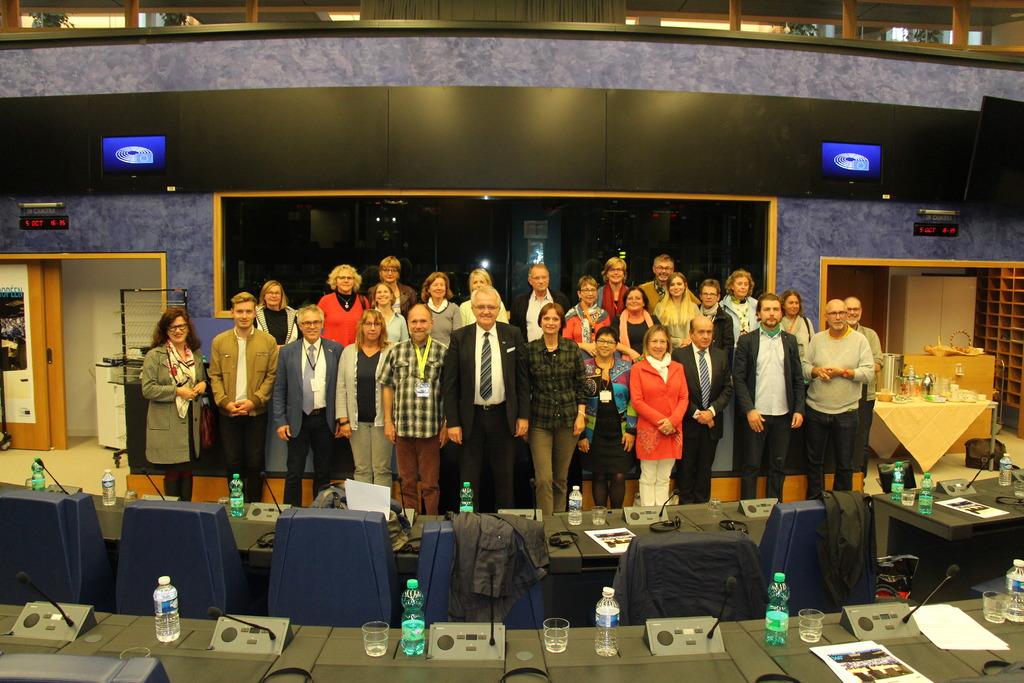 Rund 30 Gästeführer aus Freiburg, Straßburg und Kehl besuchten das Europaparlament in Straßburg und sprachen mit Vizepräsident Rainer Wieland, Mitte, über eine privilegierte Partnerschaft.