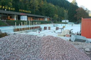 Eine einzige Baustelle ist derzeit das Freibad Hornberg, wo die Sanierungsarbeiten aber gut vorankommen.