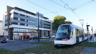Die Tram direkt vor der Haustür: Die Villa Europa, in der Deutsche und Franzosen sowie gemischte Haushalte leben, ist bestens an Straßburg angebunden.