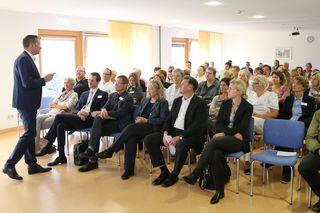 Ortenau Klinikum-Geschäftsführer Christian Keller (l.) in der Informationsveranstaltung für Beschäftigte des Ortenau-Klinikums