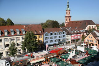 Der Hamburger Fischmarkt hat wieder auf dem Offenburger Marktplatz Anker geworfen.