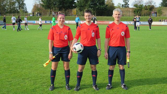 Dominik Schmidt mit seinen Assistenten Anna Waibel (links) und Dieter Heizmann (rechts) im Einsatz.