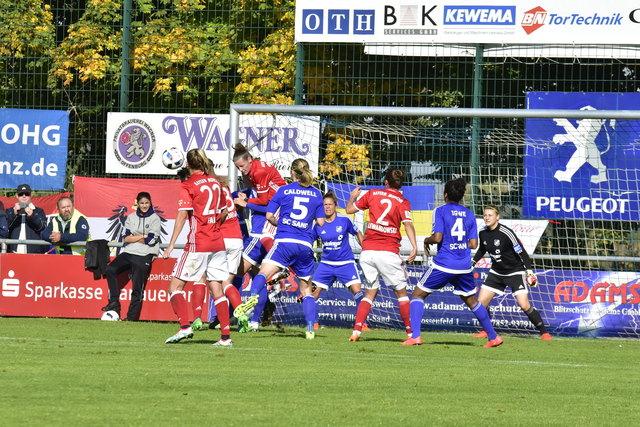 Auf die Abwehr der Bundesligamannschaft des SC Sand (blaues Trikot) kommt heute beim Spiel gegen Bayern München wieder viel Arbeit zu.
