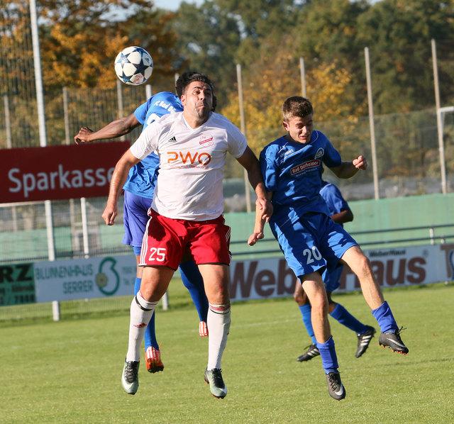 Das tat richtig weh: Der SV Stadelhofen (weißes Trikot) verliert daheim mit 1:5 gegen Bad Dürrheim.