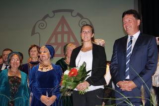 Der glücklicher Sieger Wolfgang Hermann mit seiner Partnerin Nadine Wien (zweite von rechts).