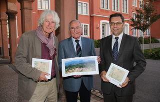 """Einen Spaziergang """"von der Illenau ins Wanderparadies der Goldenen Au"""" hat Siegfried Stinus (Mitte) veröffentlicht, worüber sich Jürgen Franck (l.)  und Klaus Muttach freuen."""