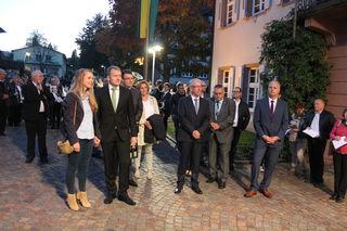Berghauptens neuer Bürgermeister Philipp Clever (mit Ehefrau Viktoria) mit zwei weiteren Kandidaten Gerhard Brüderle und Konrad Gaß (2. und 3. vorne rechts)