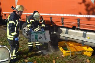 Die Feuerwehrmänner kippten Bindemittel auf das bereits auf die Erdoberfläche gelangte Öl, um es am Versickern zu hindern.