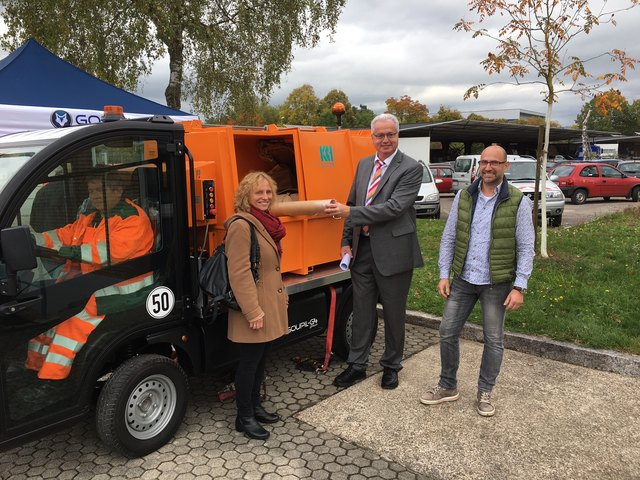 Karl-Heinz Huber, Anke Held, Dietmar Stiefel sowie Bauhofleiter Werner Lehmann begutachten die Müllpresse, die ab kommendem Frühjahr auch in Achern eingesetzt werden soll.