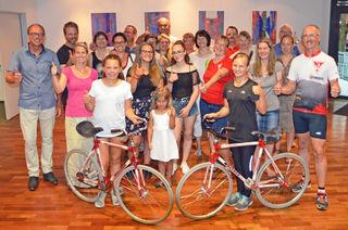 Daumen hoch für sportliche Leistungen: die Besucherinnen und Besucher der Abschlussveranstaltung des Kehler Stadtradelns am 22. Juni in der Stadthalle.