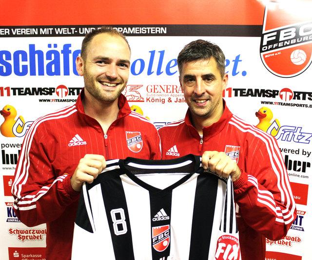 Oliver Späth (links) streift sich künftig das Trikot des FBC Offenburg über, welches im Vereinsvorsitzender Ralf Herp überreicht.