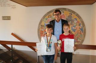 Bürgermeister Bernd Siefermann würdigte die Erfolge von Jele Stortz (rechts) und Jakob Müller.